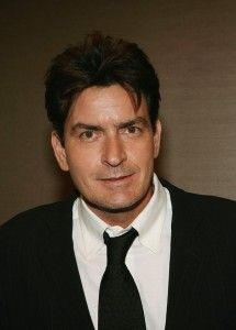 "Charlie Sheen renova contrato para continuar em ""Two and a Half Men"" até 9ª temporada"