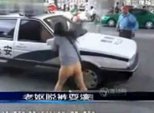 muher-arranca-a-calca-e-agride-policial