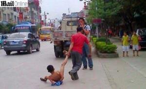 chines-arrasta-filho-por-ruas