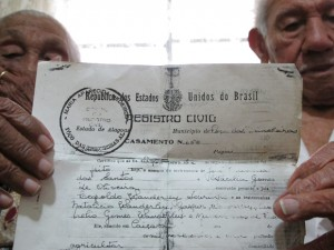 casal-mosra-regritro-de-casamento-80-anos-juntos