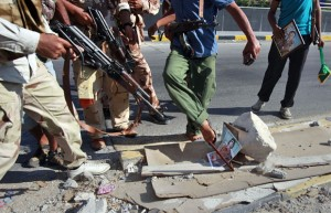 rebeldes-libios-apontam-aramas-para-foto-do-ditador