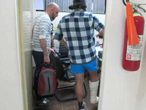 gay-agressao-perna-quebrada