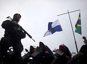 bandeiras-do-rio-e-brasil-hasteadas-na-favela-da-rocinha
