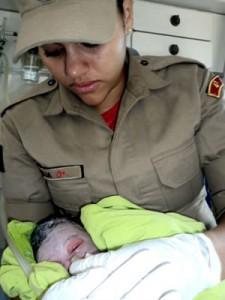 bebe-resgatado-bombeira