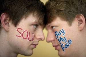 britanicos-vendem-anuncios-em-rosto