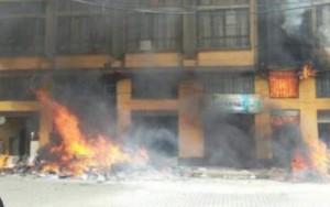 Prefeitura invadida, saqueada e queimada