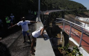 Parte de ciclovia desaba em São Conrado, no Rio de Janeiro, e deixa dois mortos