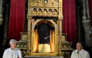 Igreja exibe a túnica de Cristo
