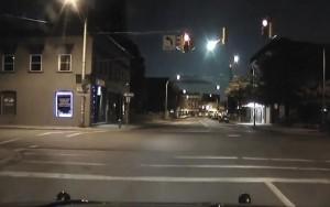 Câmera em carro de polícia registra bola de fogo no céu em cidade dos EUA