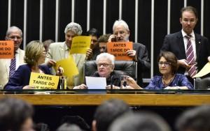 """Presidida por Erundina, sessão informal tem """"tchau, querido"""" contra Cunha"""