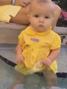 """Mulher que perdeu filho afogado faz bebê se jogar na piscina: """"Falhei como mãe"""""""