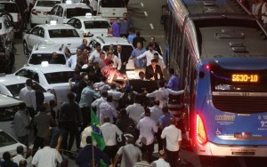 Após liberação do Uber, taxistas bloqueiam avenida e provocam caos em São Paulo