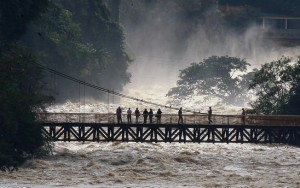 Rio transborda e alaga pontos turísticos no interior de SP