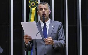 Deputado faz discurso contra o fim do bombom Serenata de Amor