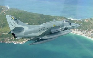 Equipes da Marinha buscam piloto desaparecido após choque entre caças