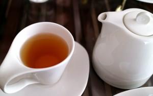 Composto do chá verde bloqueia entrada de zika em células, diz estudo