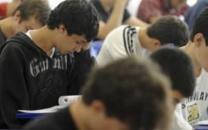 Metade dos brasileiros que querem ir à faculdade depende de financiamento