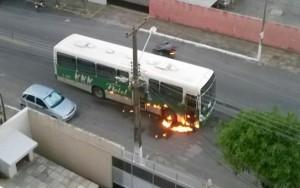 Em protesto no RN, criminosos ateiam fogo a ônibus e posto policial