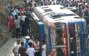 Ao menos 33 morrem após ônibus despencar de penhasco de 300 metros no Nepal