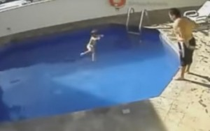 Câmeras de hotel flagram padrasto afogando menina de três anos em piscina