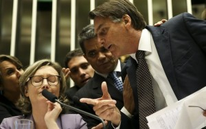Bolsonaro reedita briga com deputada em sessão sobreviolência contra a mulher