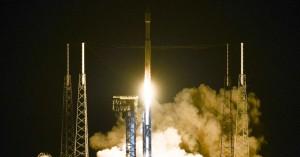 Explosão atinge plataforma de lançamento espacial em Cabo Canaveral