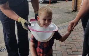 Menino prende a cabeça em privadae é resgatado por bombeirosnaInglaterra