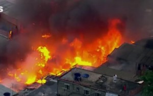 Incêndio destrói dezenas de casas em comunidade na Zona Leste de São Paulo