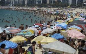 Com sensação térmica de mais de 43º, Rio tem praias lotadas em plena segunda