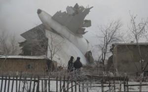 Avião turco cai sobre casas no Quirguistão e mata 32 pessoas