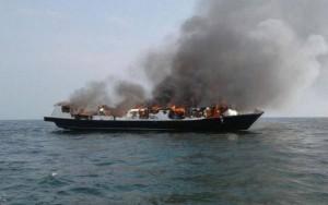 Incêndio em balsa deixa 23 mortos e dezenas de feridosna Indonésia