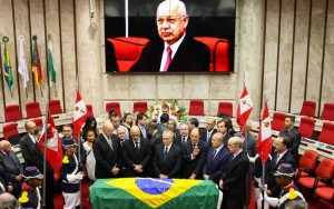 Corpo do ministro Teori Zavascki é enterrado em Porto Alegre