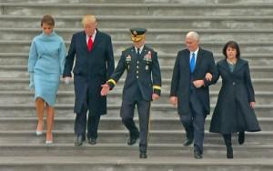 """No carro blindado """"A Besta"""", Trump participa de parada em direção à Casa Branca"""