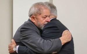 FHC visita Lula em hospital e foto comove internautas nas redes sociais