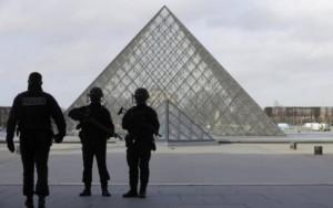 Soldado francês dispara contra suspeito de ataque terrorista no Museu do Louvre