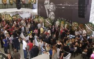 Lula recebe apoio de populares e autoridades em velório de Marisa Letícia