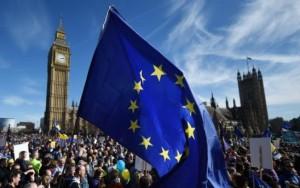 """Milhares de britânicos vão às ruas e protestam contra o """"Brexit"""""""