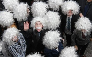 Vestidos como Einstein, canadenses entram para o livro Guinness e lançam prêmio