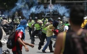 Venezuela registra ao menos 15 saques a lojas durante protestos, diz opositor
