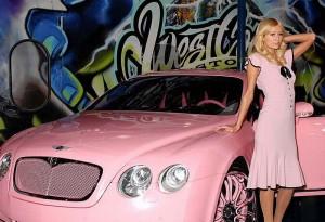 Paris Hilton e seu carro rosa