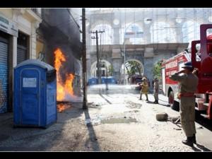moradoes-queimaram-banheiros-quimicos-como-protsto-na-lapa