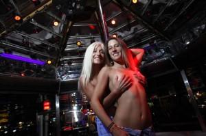 mae-e-filha-trabalham-juntas-como-strippers
