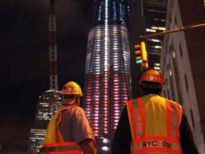 cores-da-bandeira-dos-eua-projetada-em-torre-ny