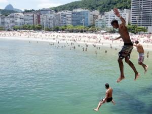 banhistas-praia-do-leme-rj