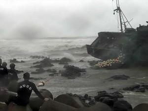 resgate-barco-de-pesca-tufao-coreia-do-sul